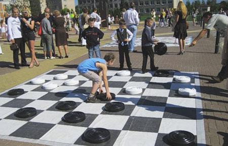 Играя в шашки, не забудьте о польза активных занятий спортом
