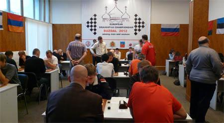 Летающие шашки - это игра с жеребьевкой начальных позиций